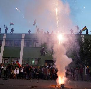 Opositores y policías en Cochabamba