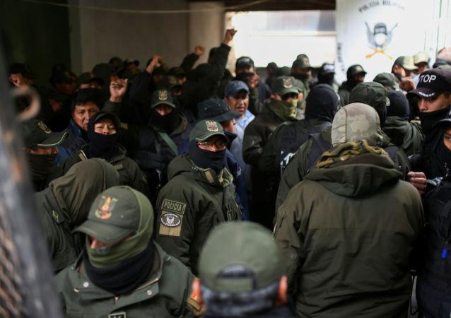 Efectivos de la Policía boliviana tras la renuncia de su comandante general