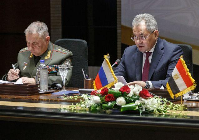 El ministro de Defensa de Rusia, Serguéi Shoigú, y su homólogo de Egipto, Mohamed Zaki