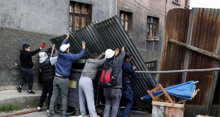 Manifestantes intentan instalar una barricada en una calle de La Paz, Bolivia