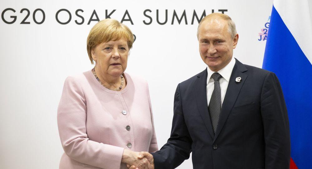 El presidente ruso, Vladímir Putin y la canciller alemana, Angela Merkel, durante la cumbre del G-20 en Osaka
