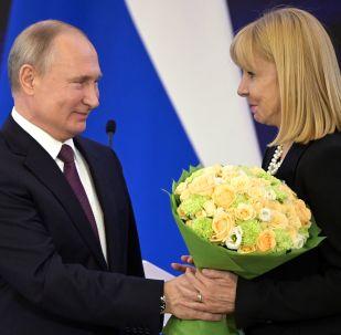 El presidente Vladímir Putin condecora con la Orden de la Amistad a María Victoria Alcaraz, directora del Teatro Colón de Buenos Aires, Argentina