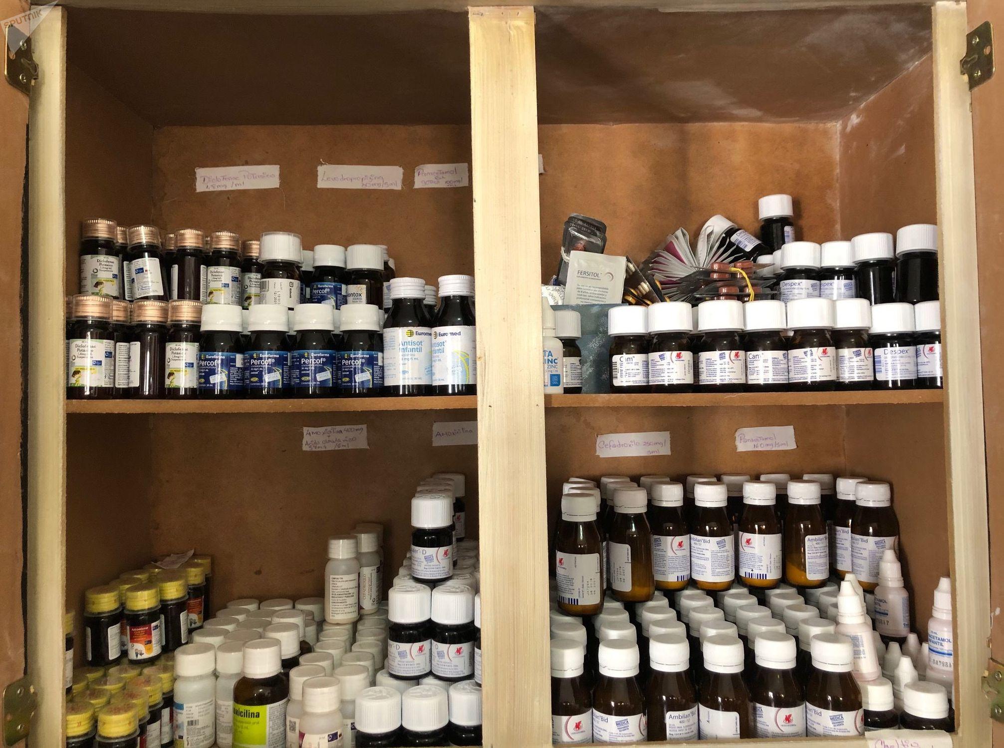 Medicamentos recopilados por la Comuna Socialista Altos de Lídice ordenados en las estanterías de su farmacia comunal