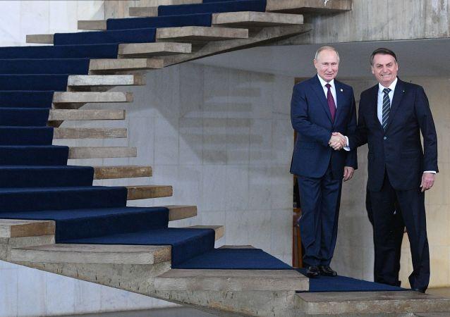Los presidentes de Rusia y Brasil, Vladímir Putin y Jair Bolsonaro, se encuentran al margen de la cumbre BRICS
