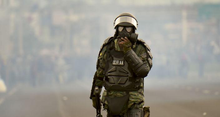 Un militar de Ecuador durante las protestas