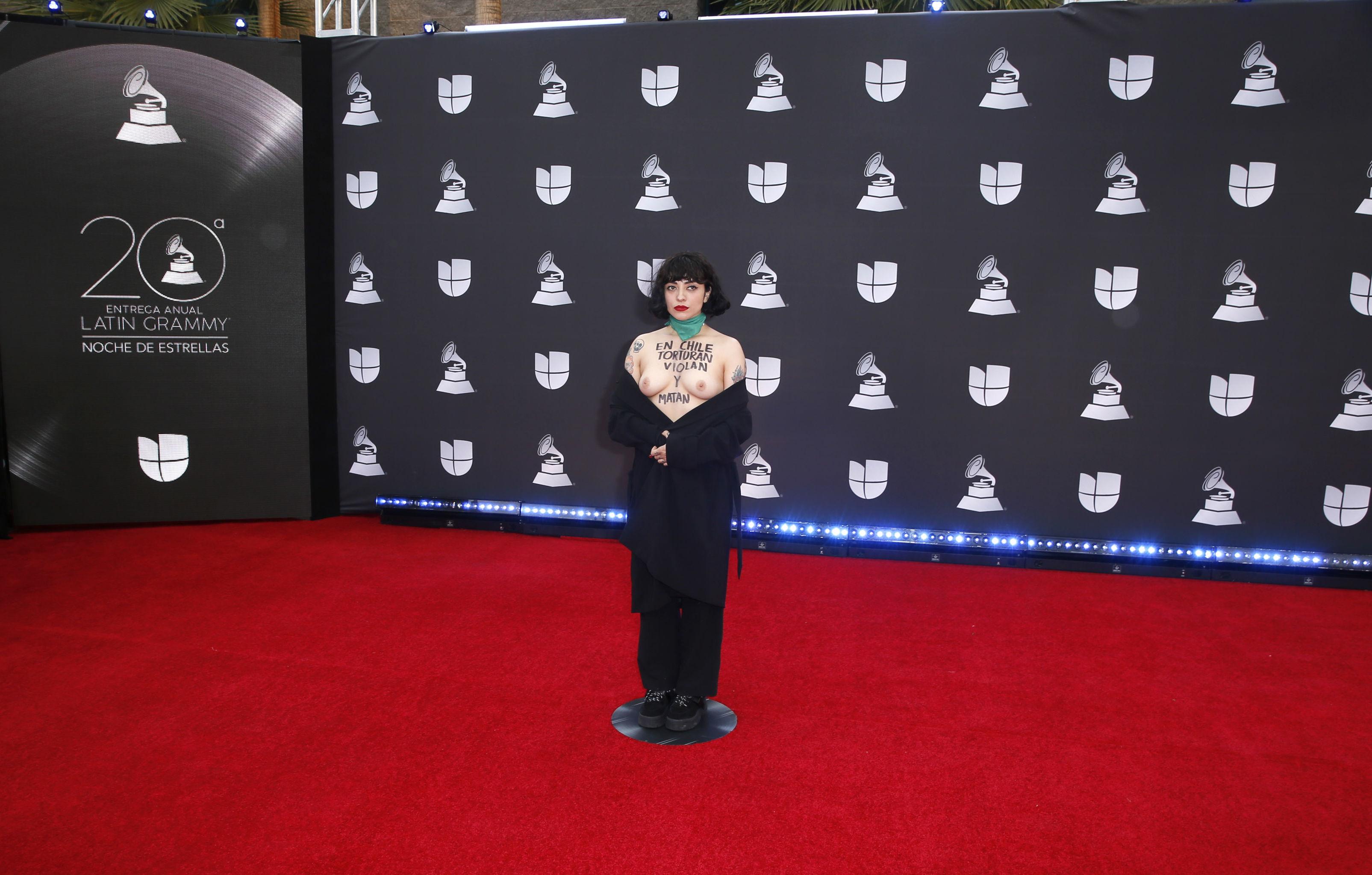 La famosa cantante chilena Mon Laferte deja sus senos al descubierto en los Latin Grammy