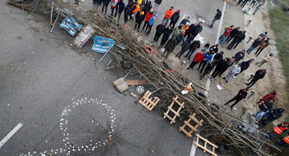 Los manifestantes catalanes bloquean una carretera en Girona (archivo)