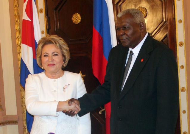 El presidente del parlamento cubano, Esteban Lazo, junto a la presidenta del Consejo de la Federación de Rusia, Valentina Matvienko