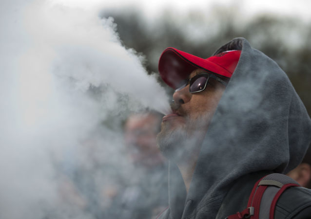 Un hombre fumando de un cigarrillo electrónico