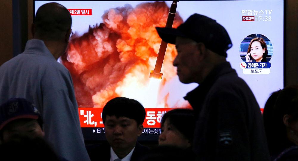 Una pantalla muestra el lanzameinto de un proyectil por Corea del Norte