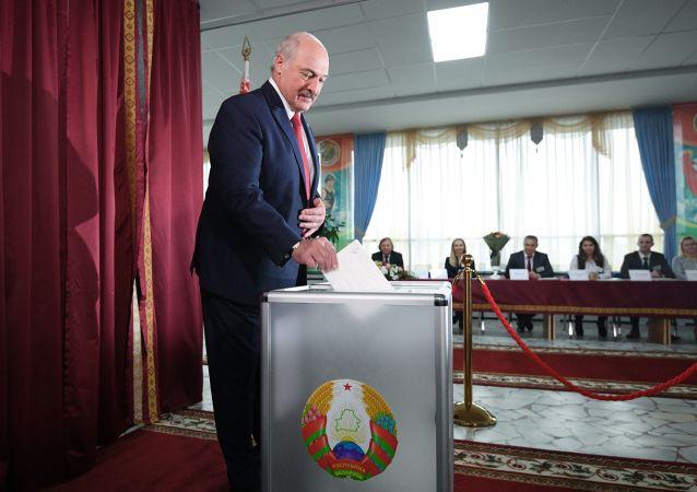 El presidente bielorruso, Alexandr Lukashenko, vota en las elecciones parlamentarias