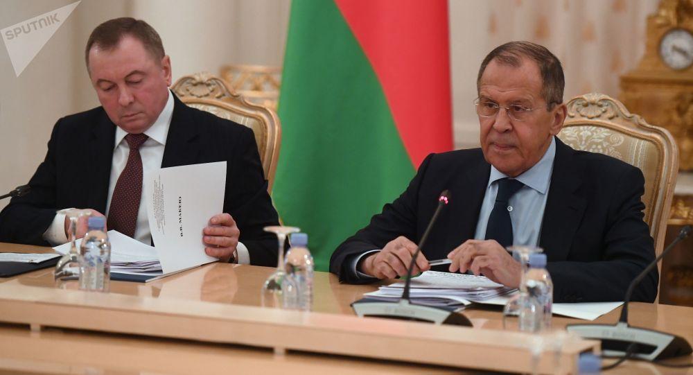 Los representantes de las Cancillerías de Rusia y Bielorrusia, Serguéi Lavrov y Vladímir Makéi
