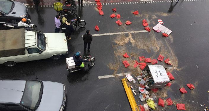 La gente protesta contra el aumento del precio de la gasolina en una carretera en Teherán (Irán)