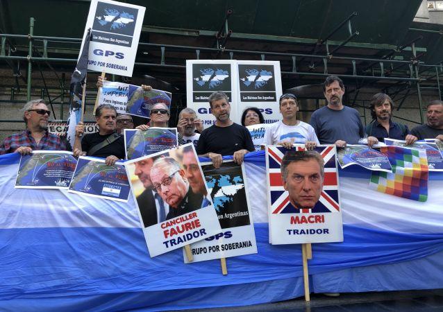 Veteranos y familiares de excombatientes de la guerra de Malvinas (1982) se manifiestan frente a Cancillería argentina