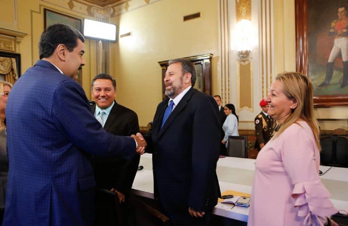 Nicolás Maduro saluda a Timoteo Zambrano, en el encunetro con integrantes de la Mesa de Diálogo Nacional en Palacio de Miraflores