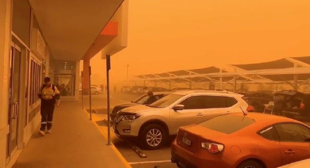An orange sky is seen as a dust storm blankets Mildura, Victoria, Australia November 21, 2019, in this still image obtained from a social media video. Courtesy of Kenny Fong/Social Media via REUTERS. ATTENTION EDITORS - THIS IMAGE HAS BEEN SUPPLIED BY A THIRD PARTY. MANDATORY CREDIT KENNY FONG. NO RESALES. NO ARCHIVES.