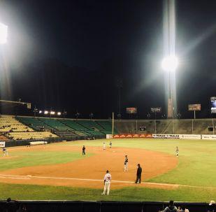 Partido entre Navegantes de Magallanes y Los Tiburones de La Guaira en el Estadio Universitario de Caracas