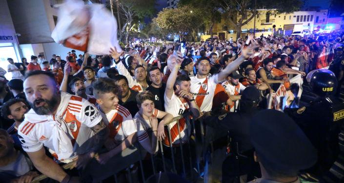 Hinchas de River Plate reunidos para recibir los jugadores del equipo en Lima