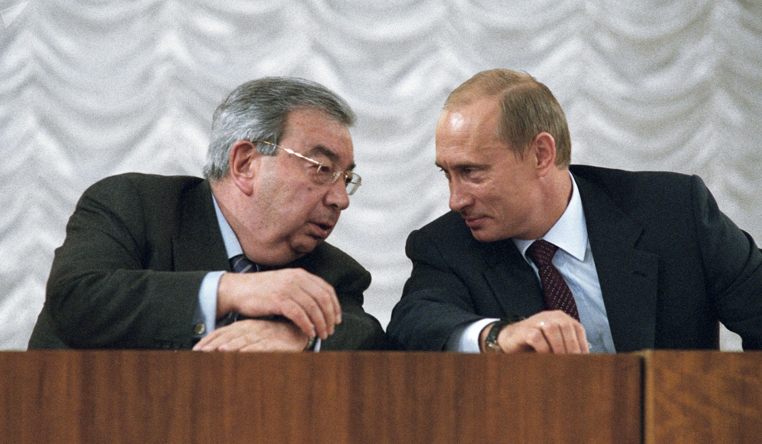 Evgueni Primakov, presidente de la Cámara de Comercio e Industria de Rusia, y Vladímir Putin, presidente de Rusia (2003)