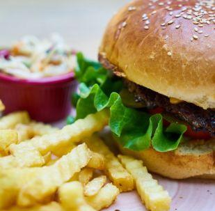 Una hamburguesa con papas fritas
