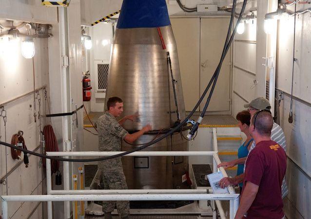 Un misil Minuteman III en un silo