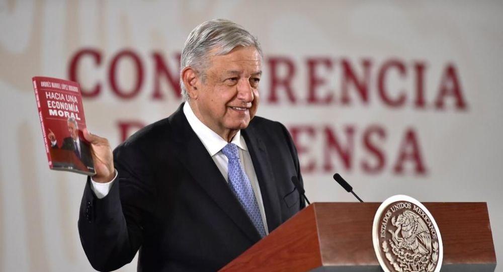 Andrés Manuel López Obrador presentando su último libro, 'Hacia una economía moral' (noviembre, 2019)