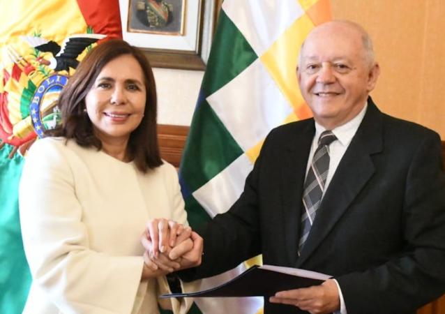 La canciller del gobierno de 'facto', Karen Longaric, con el nuevo embajador de Bolivia en EEUU, Walter Oscar Serrate Cuéllar