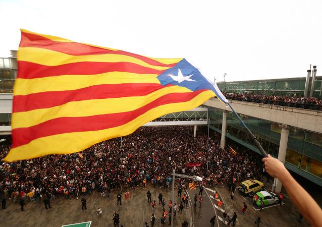 Un manifestante ondea la Estelada, la bandera independentista catalana, en Barcelona