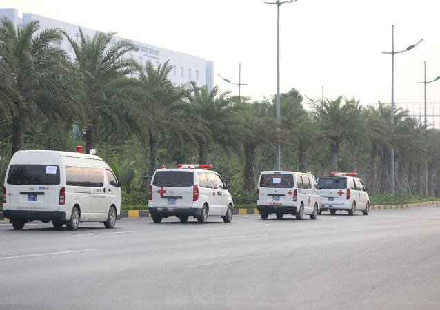Ambulancias con los cuerpos de 16 de los 39 ciudadanos vietnamitas hallados en un camión en el Reino Unido