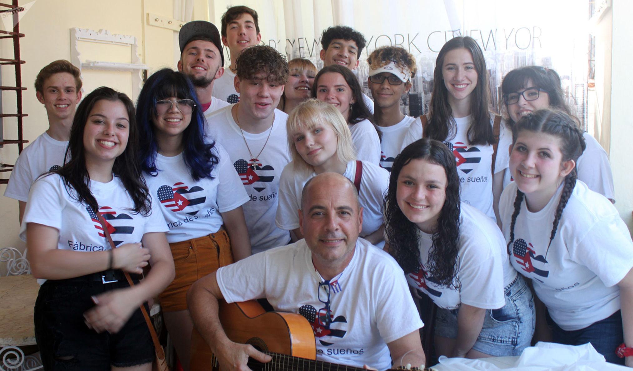 Carlos Lazo y sus alumnos estadounidenses compartiendo con cubanos