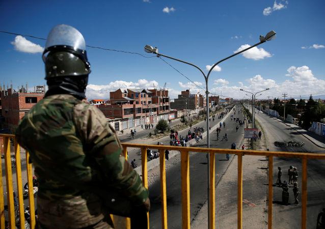 Un policía en El Alto, Bolivia