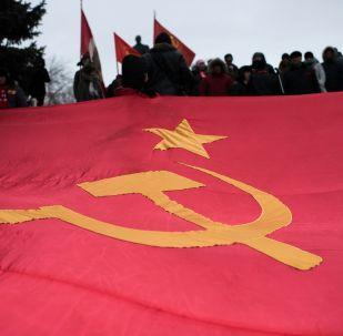 Bandera de la URSS en una marcha dedicada al aniversario de la Revolución de Octubre (2016)