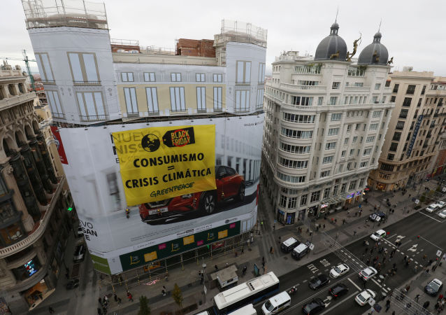 Protesta de Greenpeace en Black Friday en Madrid, España