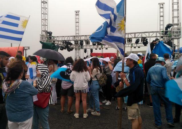 Simpatizantes del opositor Partido Nacional de Uruguay esperando por acto de festejo del presente electo Luis Lacalle Pou en la rambla de Montevideo, que finalmente se suspendió por mal tiempo