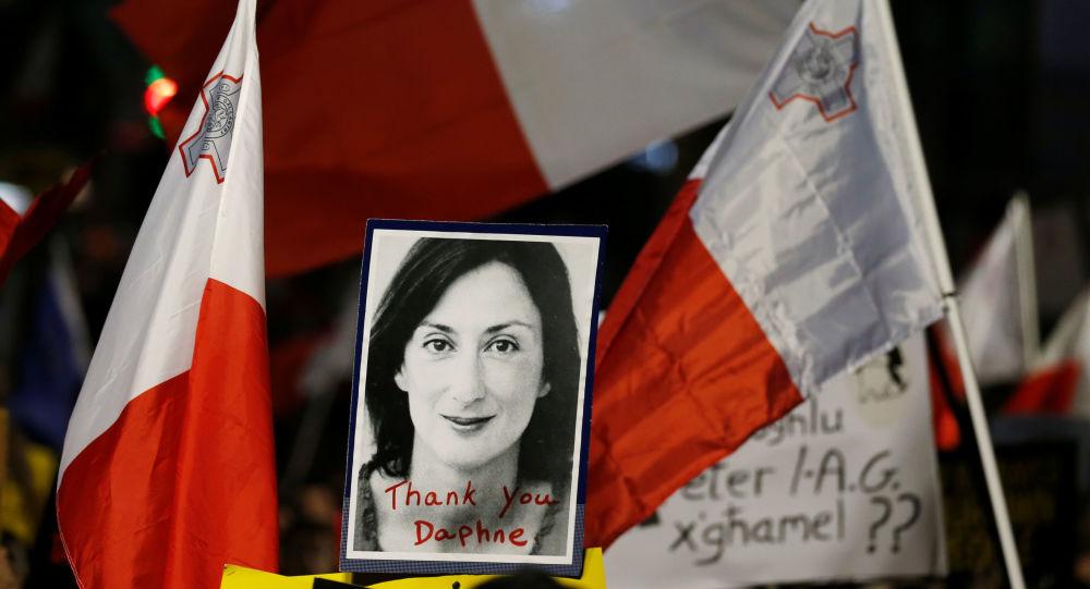 La imagen de la periodista Daphne Caruana Galizia con las bandera de Malta