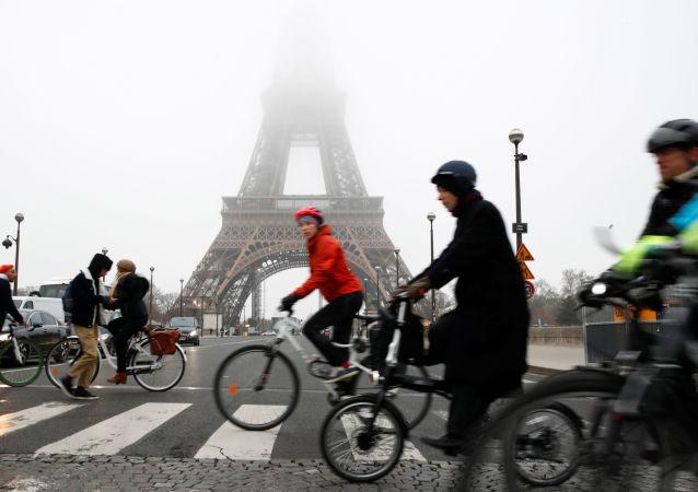 La torre Elffel de París durante la huelga general convocada contra la reforma de las pensiones en Francia