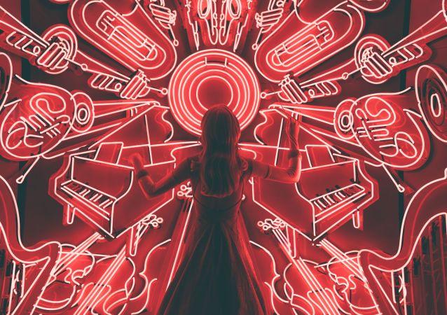 Una mujer delante de un panel con instrumentos musicales