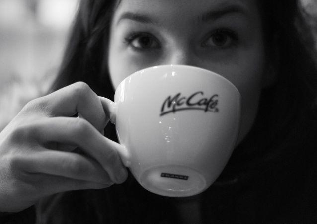 Una persona bebe un café de McDonald's