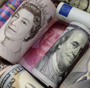 Billetes de euro, dólares hongkones y estadounidenses, libras y yuanes