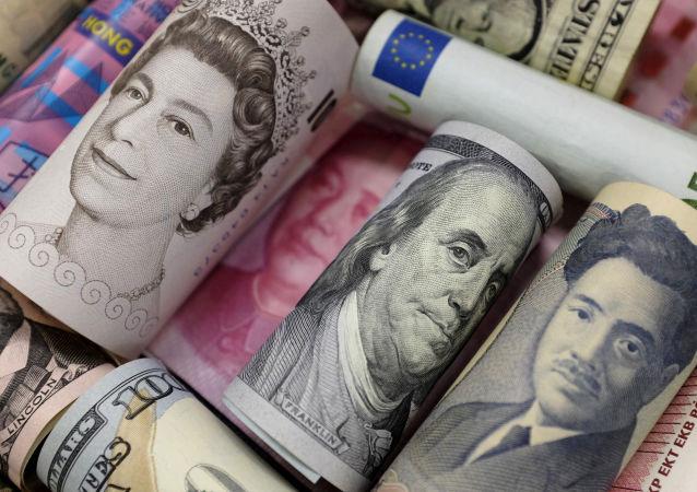 Billetes de euros, dólares hongkones y estadounidenses, libras y yuanes