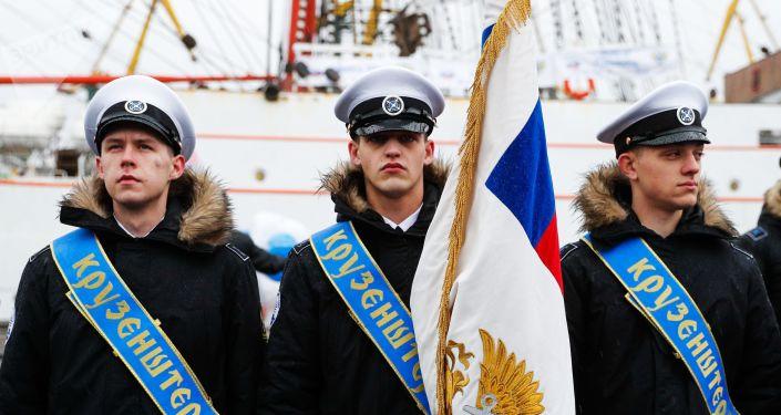 Unos tripulantes del velero Kruzenshtern en el puerto de Kaliningrado