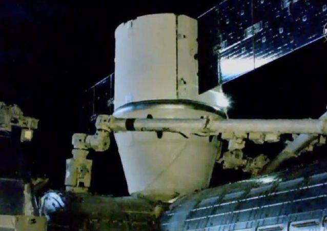 La cápsula Dragon con el nanosatélite mexicano AztechSat-1 en su interior se acopla a la EEI