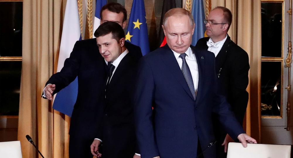 Volodímir Zelenski, presidente de Ucrania, y su homólogo ruso, Vladímir Putin, antes del inicio de las negociaciones de la cumbre del Cuarteto de Normandía
