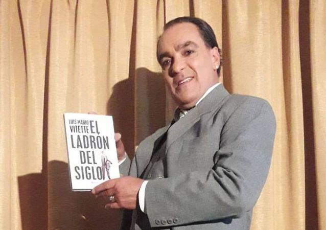 El ladrón uruguayo Luis Mario Vitette mostrando su biografía