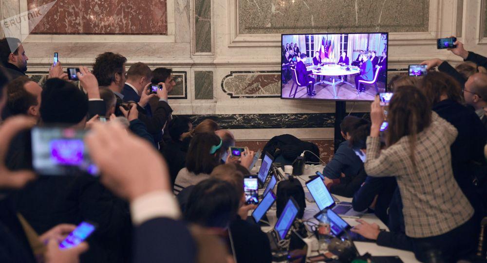 Los periodistas siguen la cumbre de Normandía en París