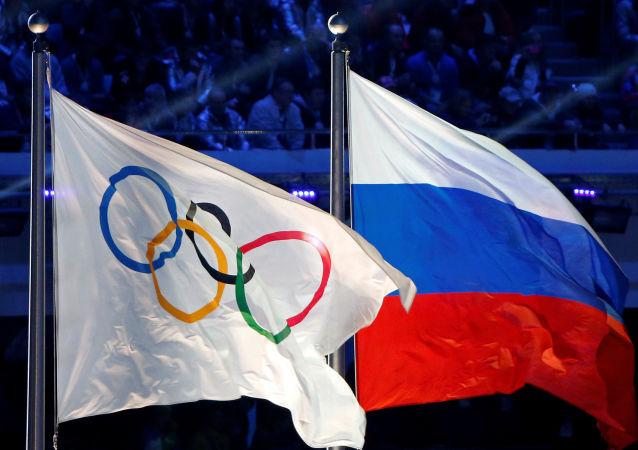 La bandera Olímpica y la de Rusia (archivo)