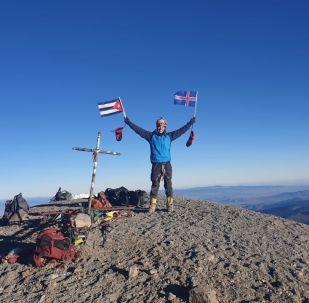 El cubano Yandy Núñez en la cima de México con las banderas de Islandia y Cuba