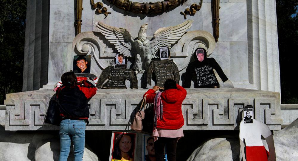 Protestan los familiares de los desaparecidos en el Hemiciclo a Juárez de la Ciudad de México