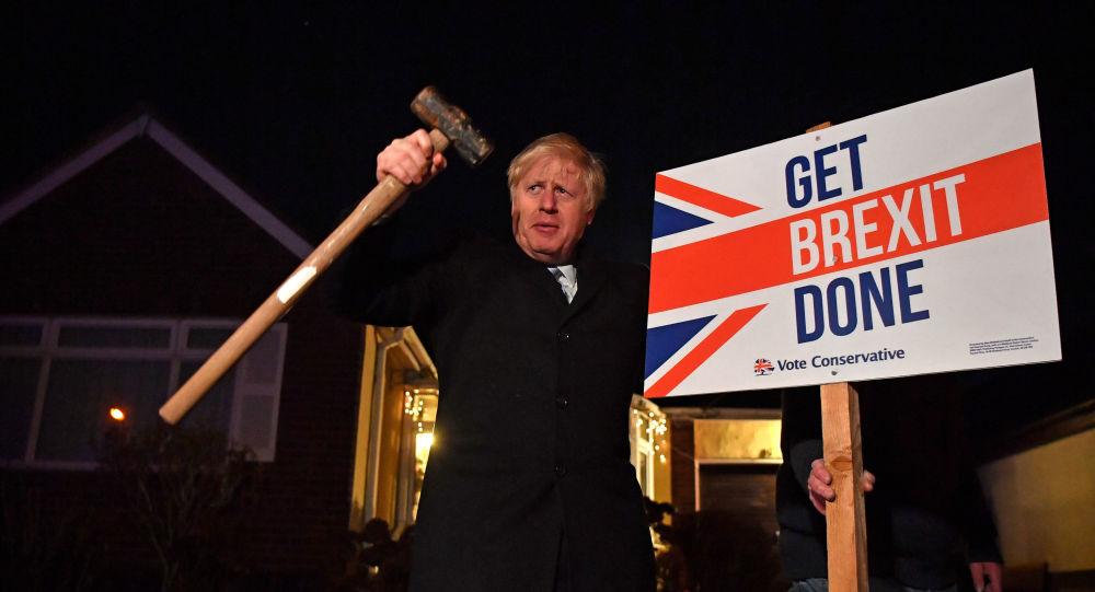 El primer ministro británico, Boris Johnson con un letrero del Brexit