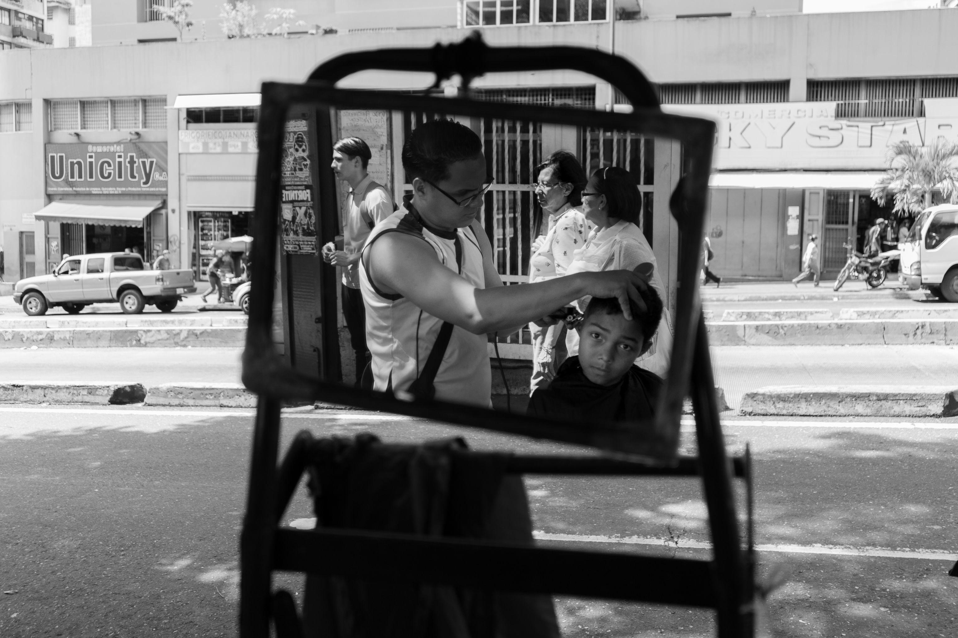 Barbería callejera en Caracas